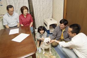 新しい家族の元へ保護犬を届ける