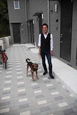 里見さんとごまちゃん 川崎市にあるペット共生賃貸住宅の前で
